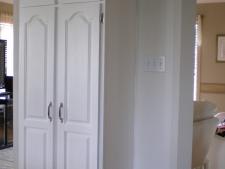Armoires de cuisine en chêne laqué blanc opaque.